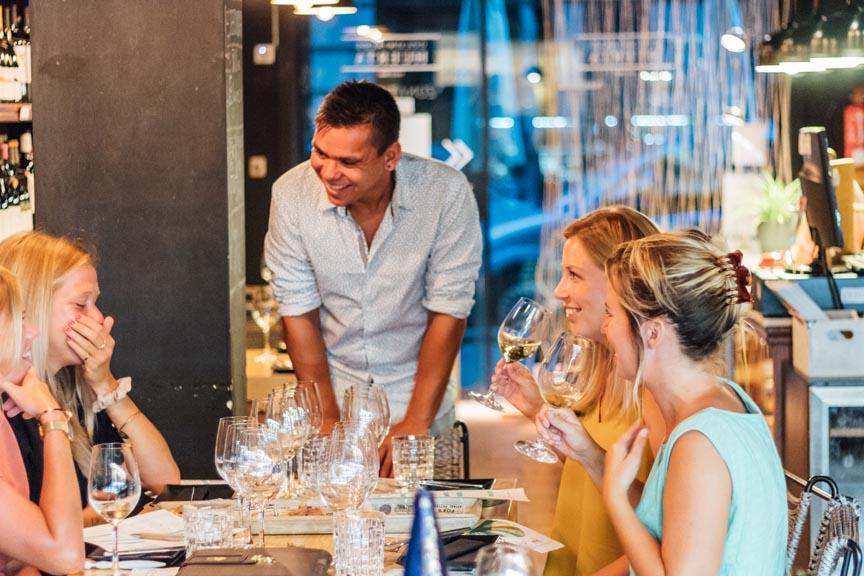 Er wordt volop gelachen tijdens de wijnproeverij van Verrassend Valencia!